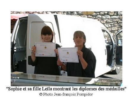 AM 42 p 2 V 5 Sophie et sa fille Leïla montrant les diplomes des médailles décernées