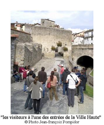 AM 46 p2 V 2 les visiteurs à l une des entrées de la Ville Haute