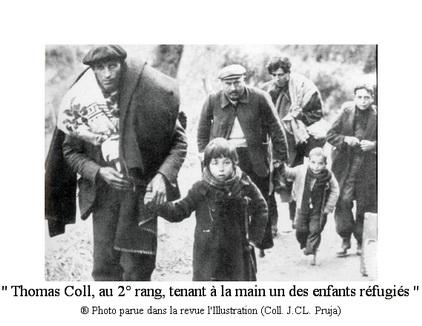 C 3 po 41 Thomas Coll au 2° rang tenant à la main un des enfants réfugiés