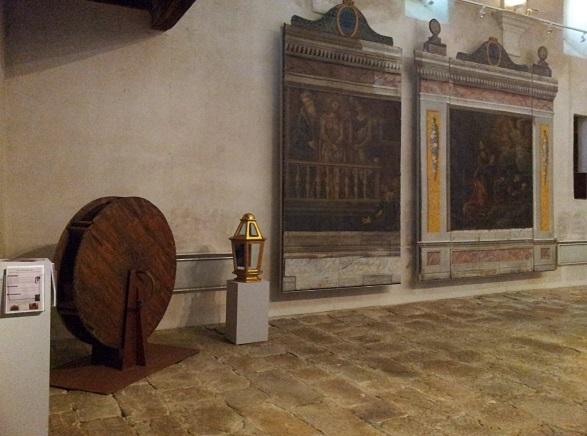les deux panneaux de l'ancien «monument» et  la roue à maillets en bois posée au sol